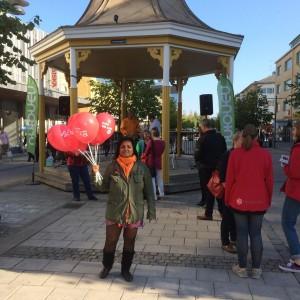 """En av de sista debatterna i valrörelsen. Medverkar gör Anna Hövenmark och jag är supporter, glatt viftandes med vår """"Inte till salu""""-ballonger."""